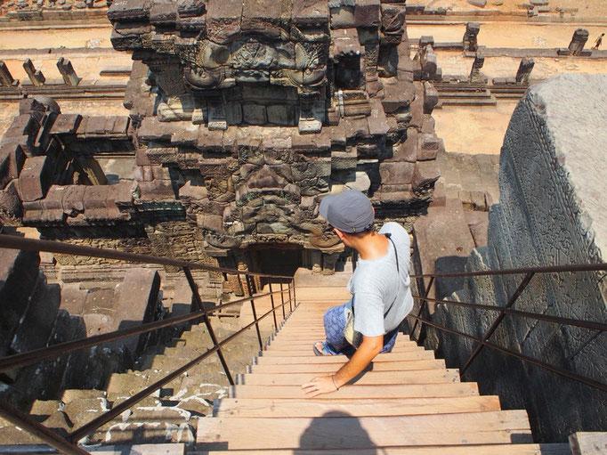 パブーオンの中央に向かって伸びる階段はとても急で 暑い中 上ったり下りたりするのにひと苦労