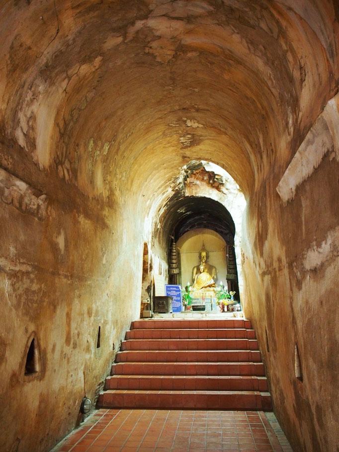 エネルギー補給をしたら 自転車をレンタルして 少し遠出することに 洞窟寺院のワットウモーンへ