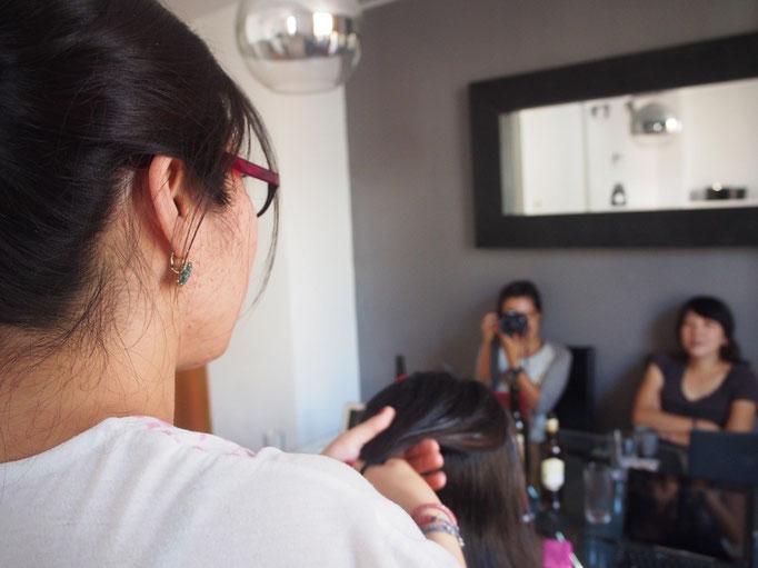 滞在先のアパートメントにて 弥生美容師のカット会開催 ちなみに彼女は美容師ではありません...
