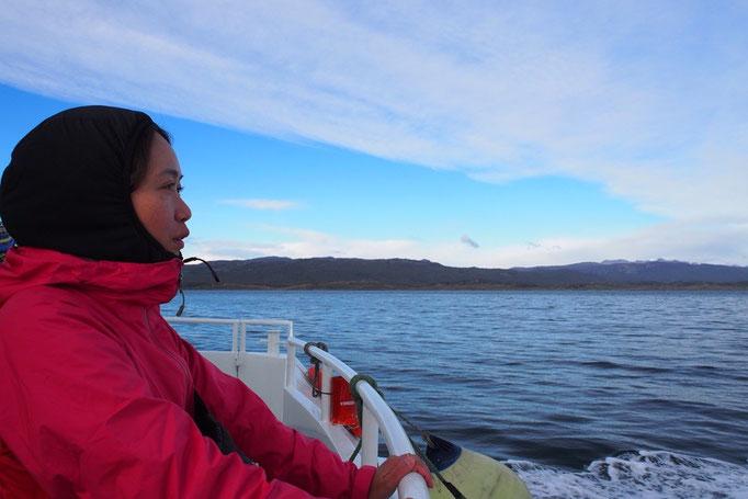 船が進んでいる時は 船のロビーから外に出ると風があたって寒いー…フードもかぶって なんだかドラえもんみたい(笑)
