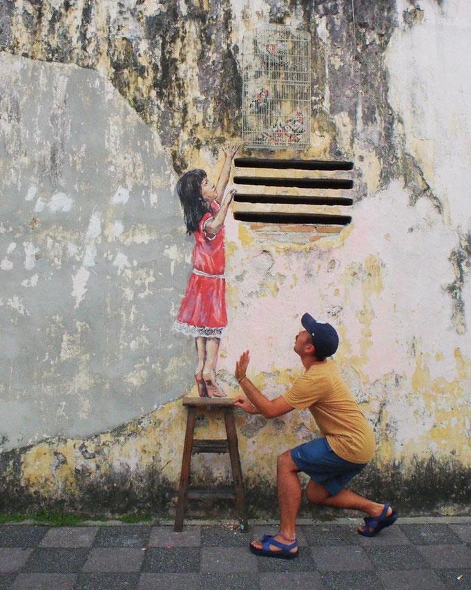 イポーの街では いろんな場所で ほっこりするような ウォールアートを見ることができます