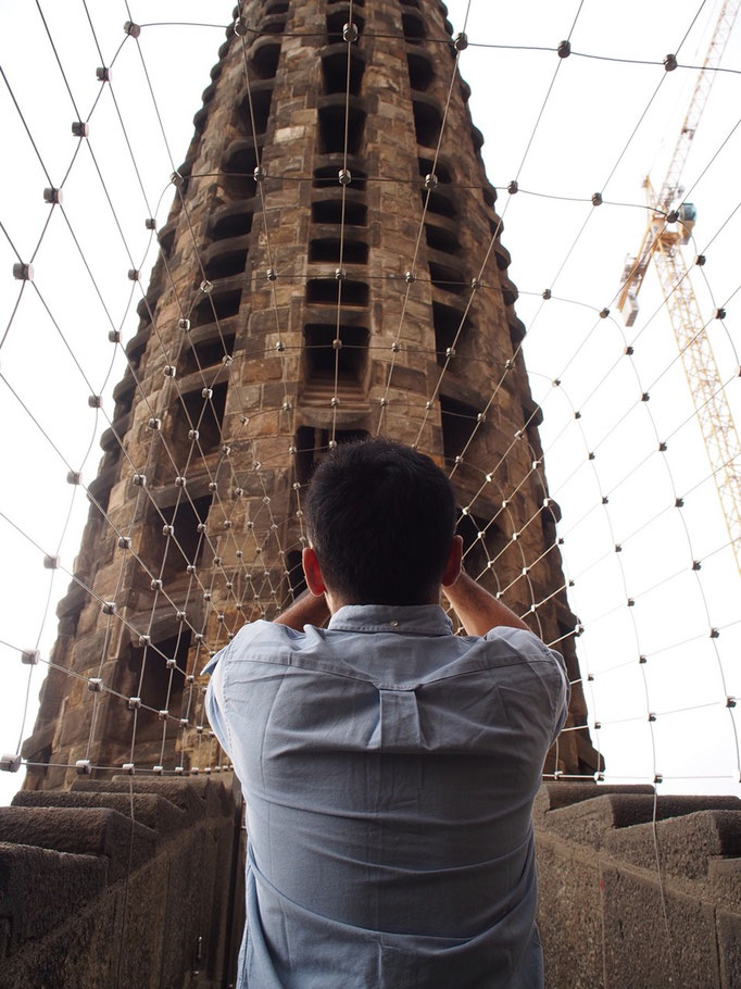 """聖堂内部を見学した後は""""生誕の塔""""を登って見学へ まだ工事中の風景が見られるのもあと10年だけ"""