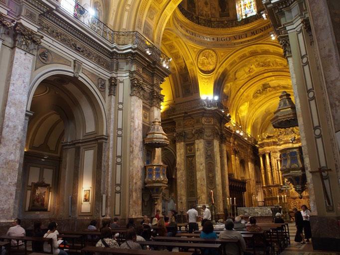 カテドラルは柱の1本1本や 天井の円形になっている側面にも細かな装飾がたくさん