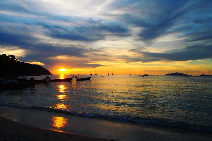 カフェの後は 日が沈む前にサンセットビーチに夕日を観におでかけ