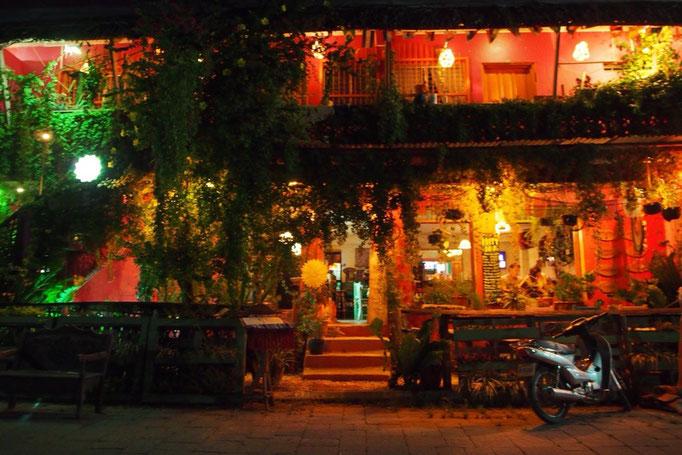 フローレス島には小さな島なのにおしゃれなレストランやカフェがたくさん