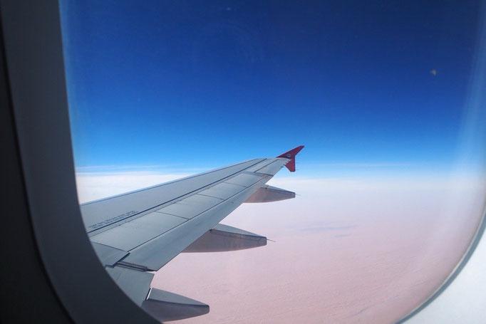 窓から一面砂漠の景色を眺めながら 次の国ドバイへ向かいます✈︎