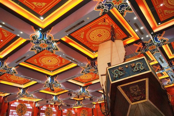 中国エリアでは 他の場所の装飾も赤がたくさん。