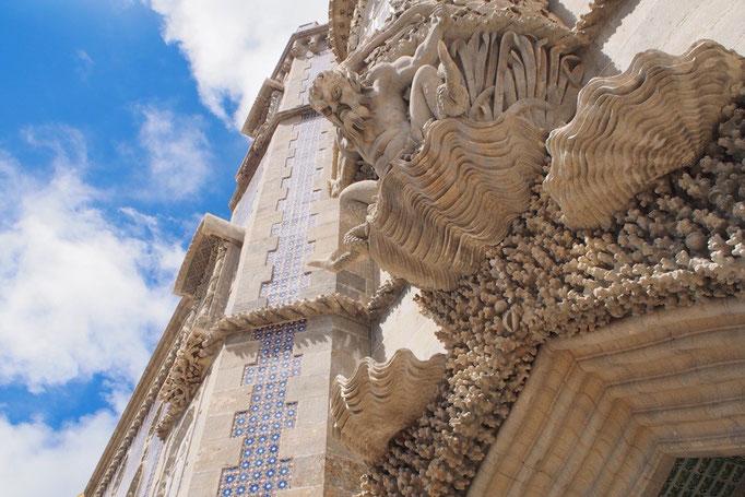 建物の入り口上部に作られたギリシャ神話のトリトン像は迫力満点!!