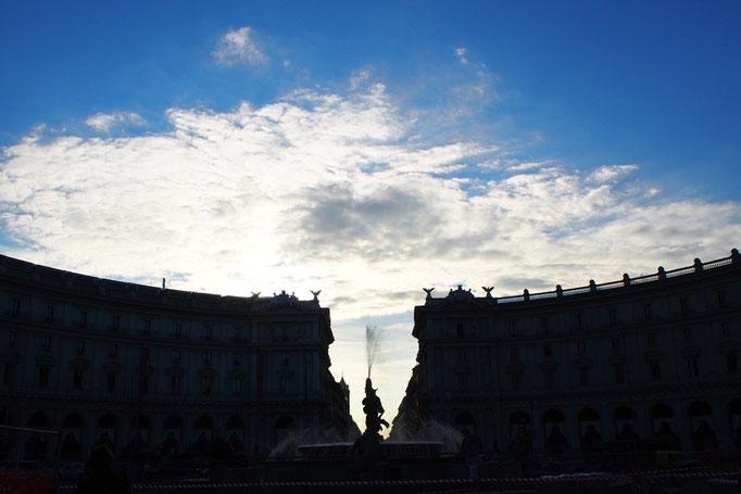 サンタマリアデッリアンジェリ教会の前の広場は 逆光になって 朝に眺めた時とは違う雰囲気