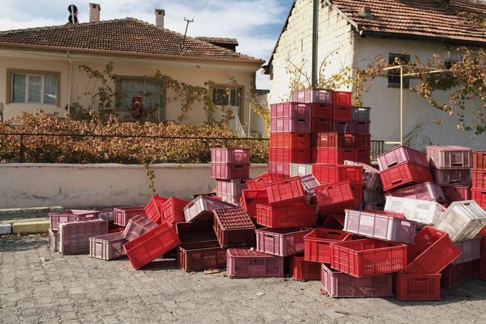 走っている途中で見つけたたくさんの箱 赤 ピンク 白...色合いがかわいい♡