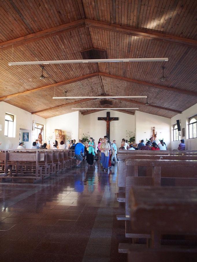 教会の中は木目調で温もりが感じられる雰囲気