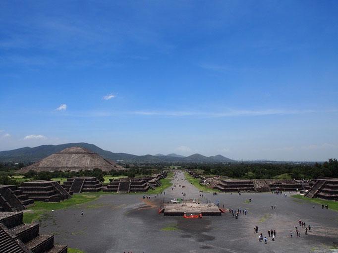 月のピラミッドからは広い敷地内を一望できました
