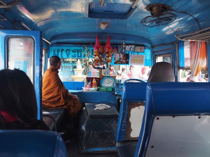 青いバスにて 僧侶さんのオレンジ色の衣装が 青いバスの中で素敵なアクセント