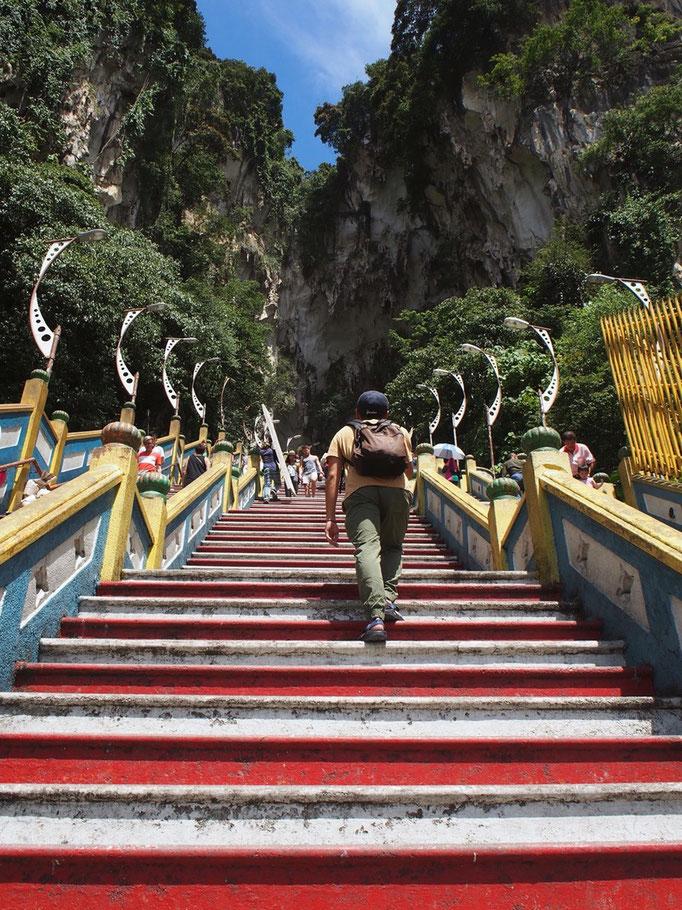 バトゥ洞窟の中に入るには 272段の少し急な階段を上がっていきます...暑い...