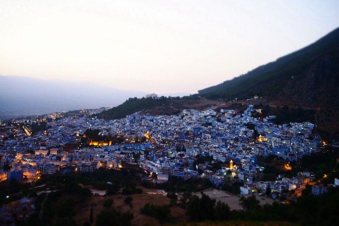 シャウエンの夕焼け 青い町にぽつぽつと明かりが灯りはじめるのをいつまでも眺めていました