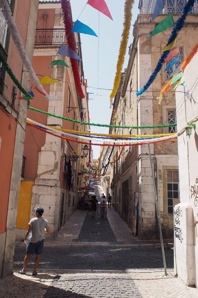 リスボンの街並み② 飾りつけが何気ない通りに色を添えていました
