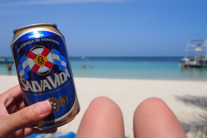 泳ぎ疲れたら 海を眺めながらビールの時間 ロアタン島のビールはどれもパッケージがかわいい♡