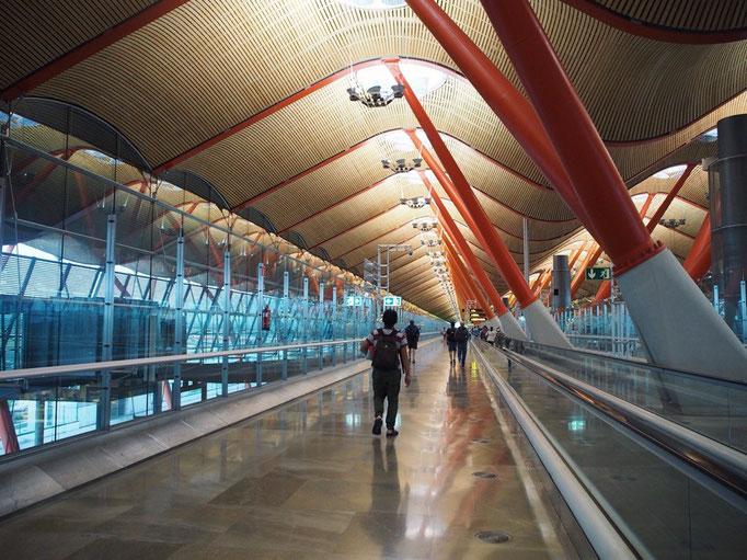 """マドリッド空港のデザインはおしゃれで """"ヨーロッパに来た感""""をひしひしと感じたのでした"""