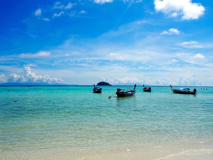 お天気に恵まれた日には 太陽の光が海に当たって きれいなエメラルドブルー