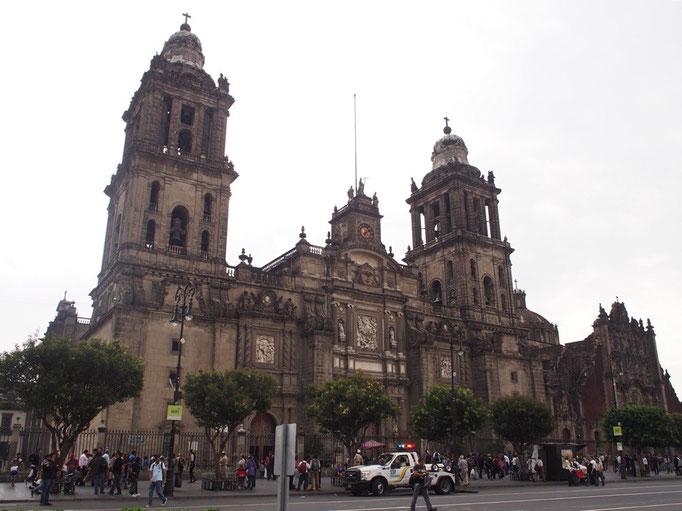 メトロポリタン大聖堂はソカロの中でもひときわの存在感