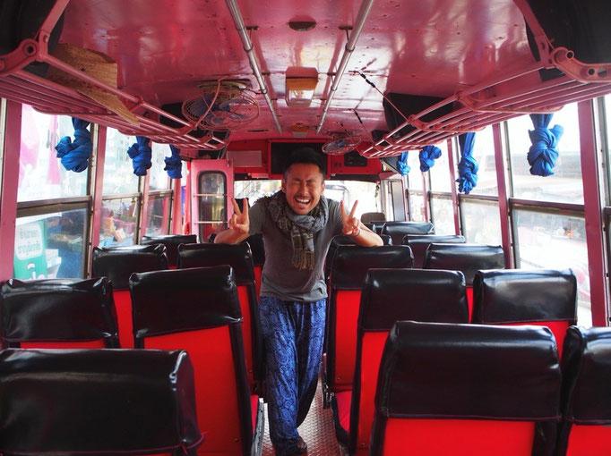 チェンコーンのバスは 車体の中まで車体と同じ色になっていてかわいい♡赤いバスにて