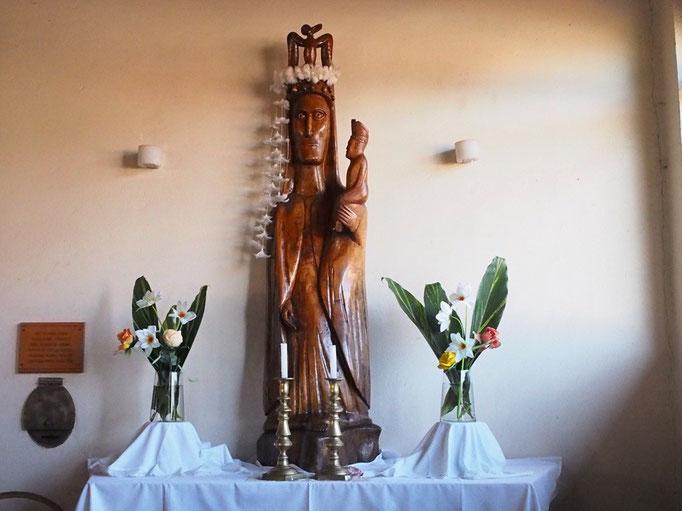 飾られている像も木で作られています 教会は各場所で特徴があって興味深い