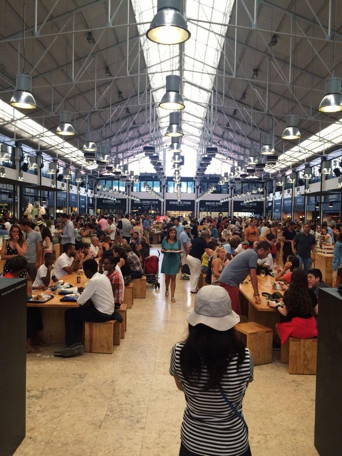 リスボンのリベルタ市場 数年前にリニューアルした市場の中は地元の人気店が軒を連ねます