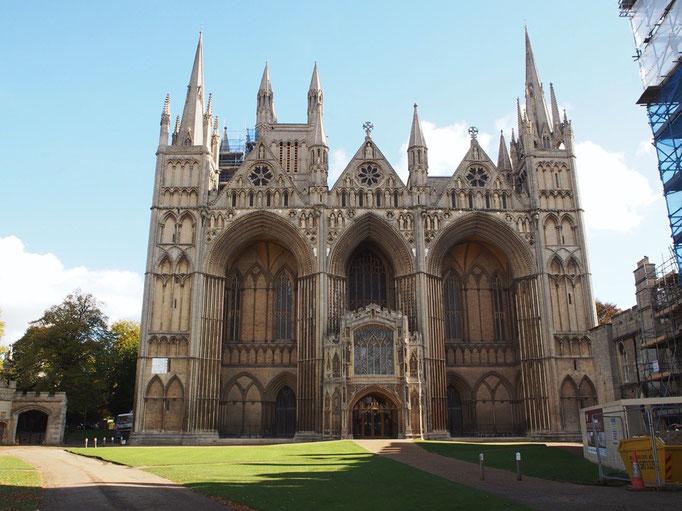 ピーターバラ大聖堂 イギリス国内でも他に例のない3つのアーチが特徴的な建物
