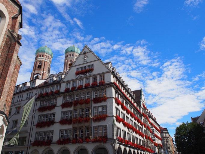 ミュンヘンの街並み① 窓に飾られたお花が色鮮やかな感じも素敵