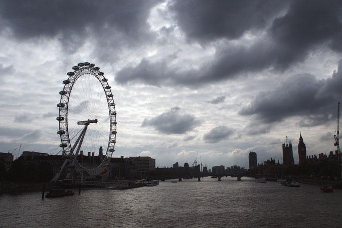 テムズ川から観た景色 イギリスの空は晴れたり 曇ったり 雨が降ったり...なんだか忙しくて大変そう