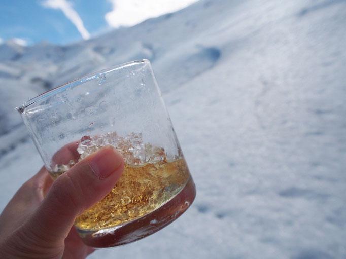 """""""サルー"""" """"チアーズ"""" """"乾杯""""...いろんな言葉でみんなで乾杯 氷河の氷で飲むウイスキーは格別♡"""