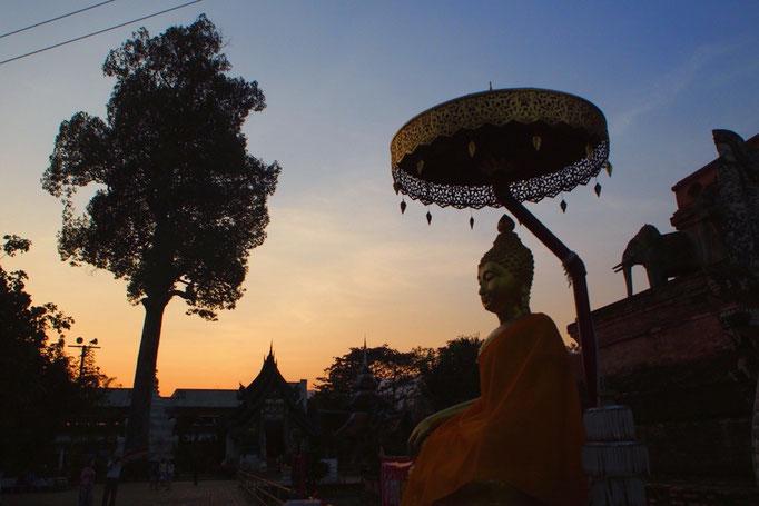 夕暮れの空の色と 仏塔の影のコントラストが とても綺麗でした