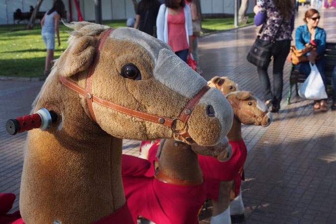 公園では馬の乗り物やカートで遊んでいる子どもがたくさん