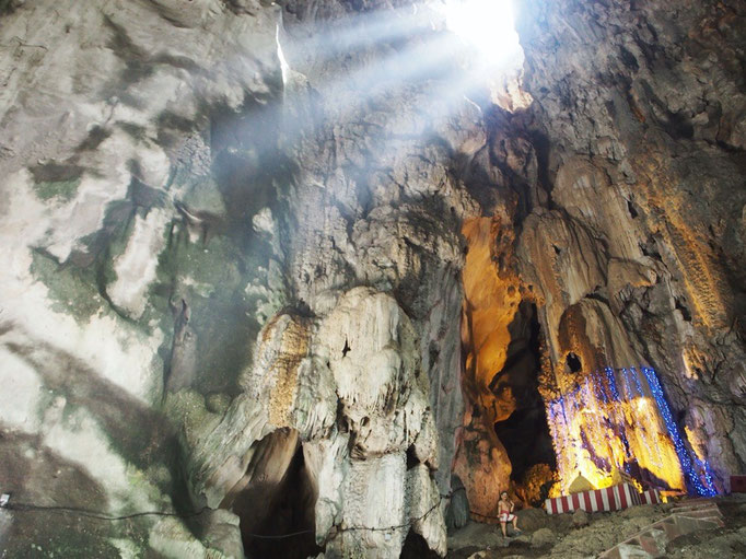 バトゥ洞窟の中に入ると 洞窟の中に光が差し込んで 神聖な雰囲気