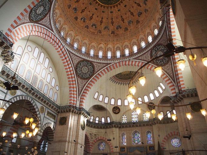 スュレイマニエジャーミーは先ほどのブルーが美しかったモスクとは対象的に暖色系であたたかな雰囲気