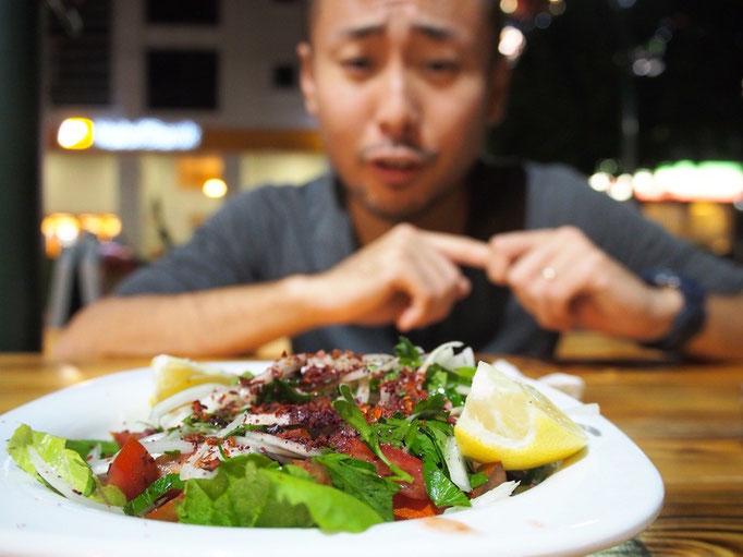 到着した日の夜は近くのお店で晩ごはん サービスでサラダを出してくれて 初トルコでのトルコ料理は大満足♡