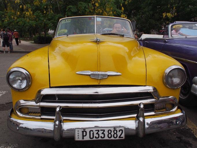 ハバナの街のクラシックカー 乗ってみていいよと声をかけてもらって上機嫌♡