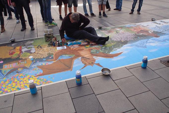 路上には地面に絵を描いている人も クオリティが高過ぎる(笑)