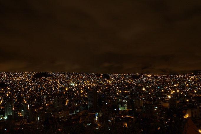 ラパスの夜景 すり鉢状の地形に囲まれた街は 夜景がキラキラ