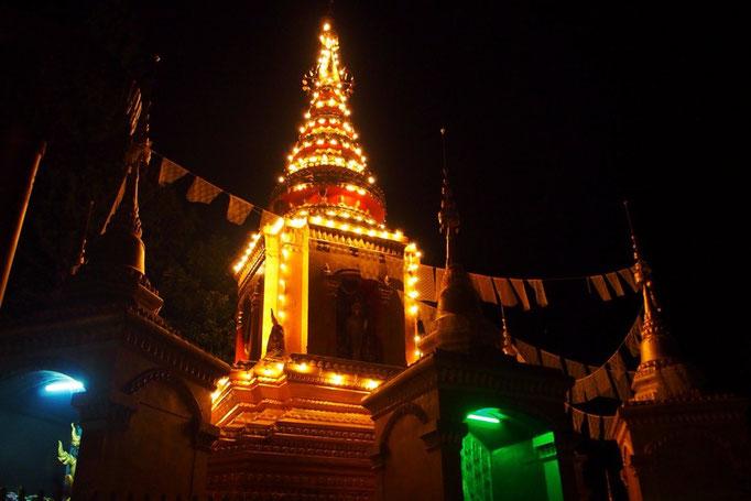 夜のパーイの寺院の仏塔はあたたかく光っていて なんとなく クリスマスツリーみたいな雰囲気