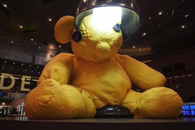 ドーハの空港にいた大きなクマ。夜中に見ると ゆるくて癒されました♡