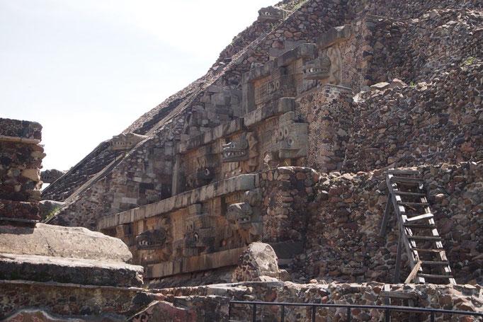 """この日はテオティワカン遺跡へお出かけ はじめに見た""""ケツァルコアトルの神殿"""""""