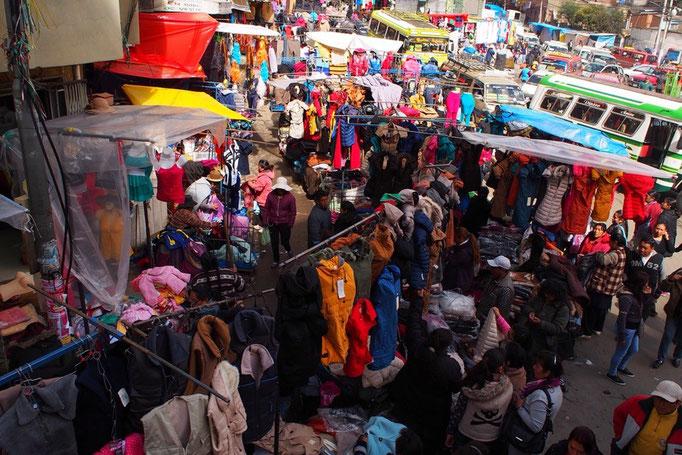 市場の近くは道路の中にも露店があったりして この中を2階建てバスが通ってる 混沌...としてる感じも なんだか好き