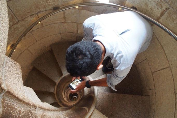 """ぐるぐるの階段を上から眺めて """"いい場所見つけた""""みたいな顔で嬉しそうに写真を撮る旦那さん"""