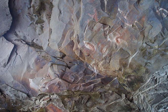 動物の絵が描かれた洞窟
