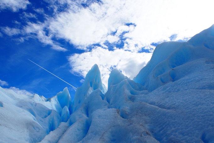 途中で空には飛行機雲もあらわれて 氷河と飛行機雲✈︎