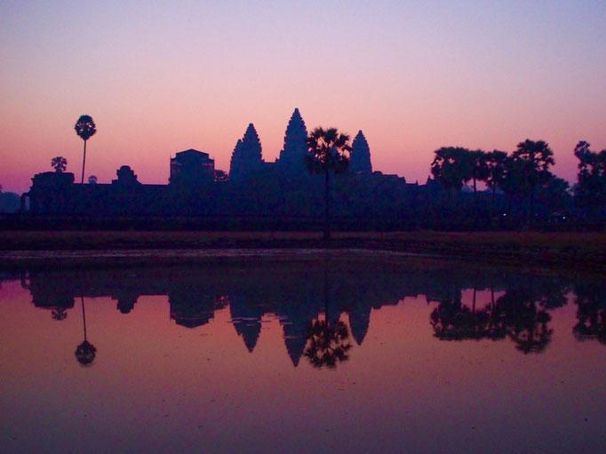 朝早く起きて 朝日を観にアンコールワットへ 初めましてのアンコールワット シルエットがとてもとても美しい