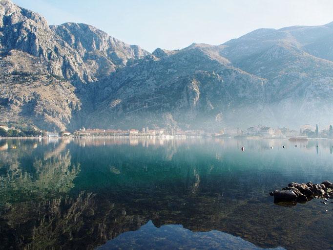 朝霧に包まれるコトルの町 水面に映る風景を眺めながらお散歩に なんとなくウユニ塩湖を想い出しました