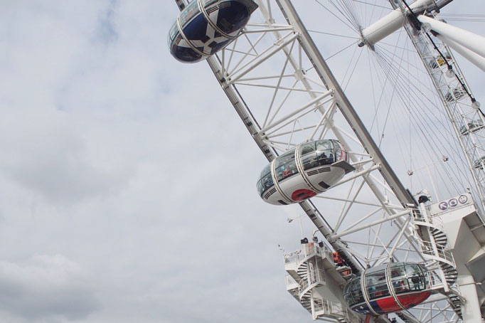 テムズ川沿岸にある観覧車ロンドンアイ 中には日本の国旗の柄のカプセルも
