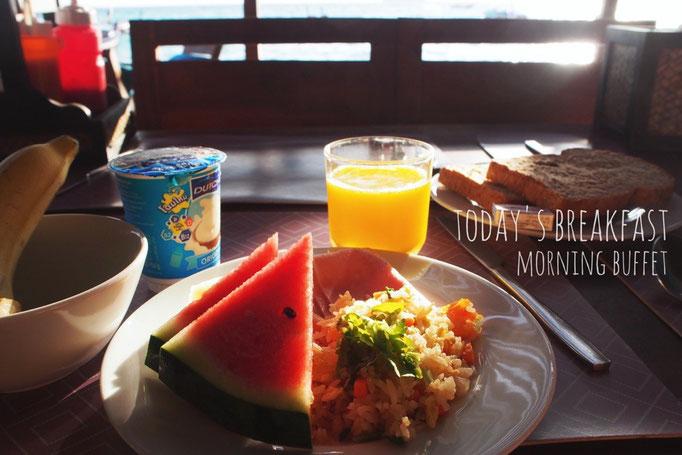リペ島の滞在先での朝ごはん 朝からフルーツとフレッシュジュースでビタミン補給